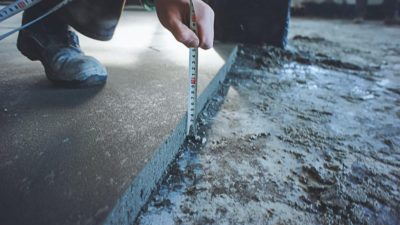 Уход за полусухой стяжкой пола после заливки