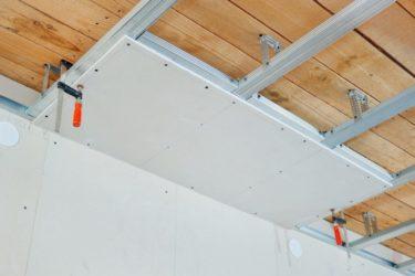 Чем обшить потолок в каркасном доме?