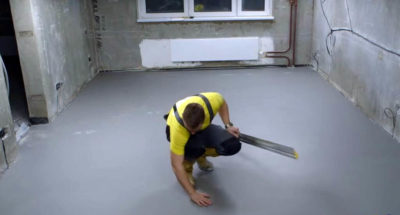 Чем выровнять пол после стяжки?