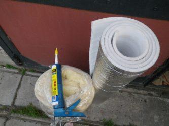 Чем приклеить фольгированный утеплитель к стене?