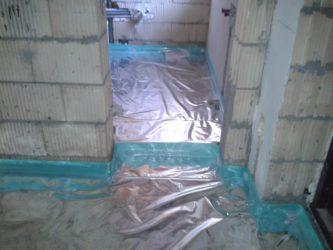 Установка демпферной ленты при устройстве стяжки