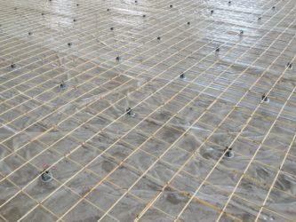 Укладка армирующей сетки для стяжки