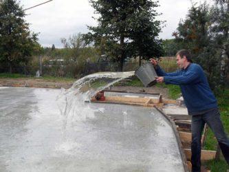 Нужно ли поливать стяжку водой после заливки?