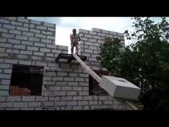 Как поднять блоки на второй этаж самому?