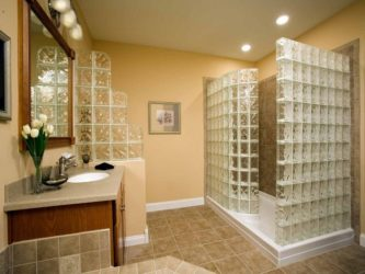 Перегородка из стеклянных блоков в квартире
