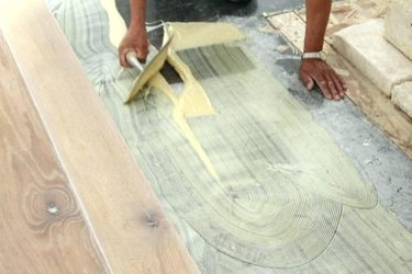 Как укладывать массивную доску на стяжку?